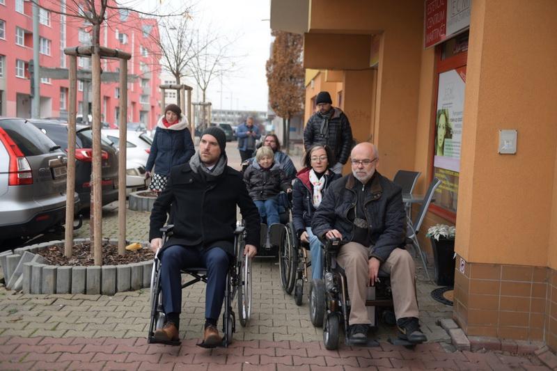 Primátor Zdeněk Hřib navštívil vozíčkáře na Černém Mostě